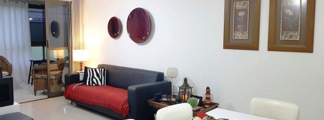 sala de estar con sofá y mesas laterales 02
