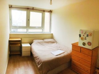 Spacious rooms LESS THAN 15 mins from CANARY WHARF.