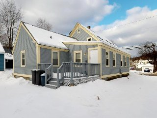 Cozy condo conveniently located in town a quick drive from skiing & more!