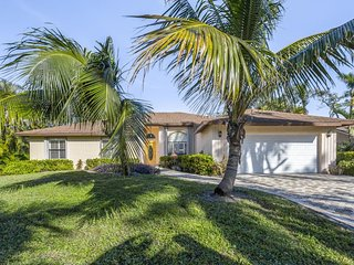 Tropical bungalow with screened porch, grill, and more - great location!