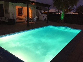 Beautiful villa, private heated pool, secluded gardens, faro park. UK tv, WIFI