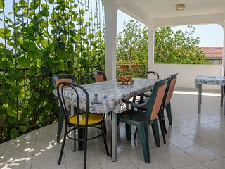 Apartments Milat- Four Bedroom Apartment with Balcony and Garden View