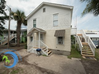 2nd floor Main St Beach Cottage-Across Street from Ocean! Pet Friendly!