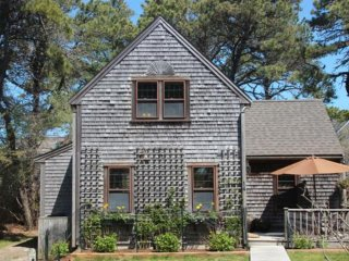 Charming Updated Cottage, Beach Path through Abutting Nature Preserve