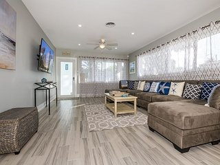 Newly Remodeled 4BR w/ Modern Finishes - Walk to Beach