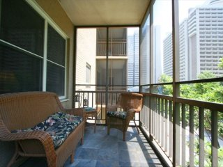 Popular Downtown Condo! 5 minute walk to Attractions! Free Reserved Parking!