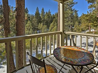 Cozy Lake Tahoe Condo w/Pool -3Mins to Kings Beach