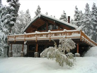 Beautiful Hand Built Log Home, Quiet Location Only Minutes to Town (212306)