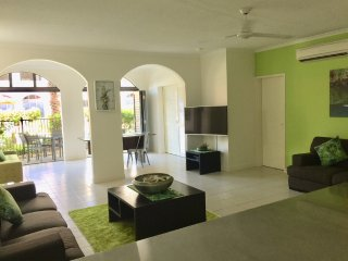 PALM COVE, CAIRNS - 2 B/R 2 BTH SWIM OUT POOL ACCESS APARTMENT
