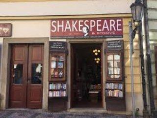 livraria famosa Shakespeare e Filho está lá embaixo no nosso edifício.