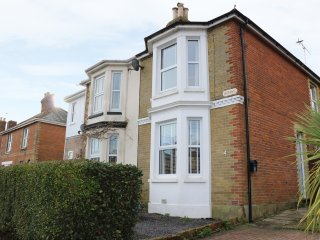 DOVEDALE, WiFi, beach walking distance, distant sea views, Ref 973145