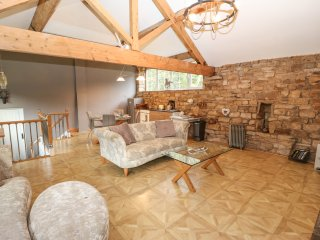 LANE FOOT LODGE, open plan living, exposed stone and wooden beams, WIFI, Ref 960