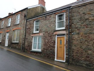 2 WOGAN STREET, castle walls, enclosed courtyard, pet-friendly, in Laugharne, Re