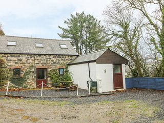 THE COTTAGE AT FRONHAUL, exposed wooden beams, countryside views, WiFi, Ref 9437