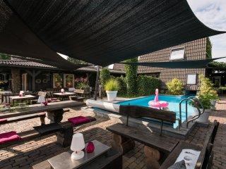 luxe groepsaccomodatie van 30 pers. met 14 slaap en badkamers, zwembad en sauna