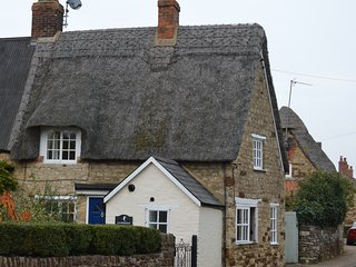 Thatched Cottage in Central Old Village with canal walks