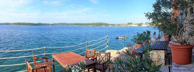 terrasse et entrée à la mer