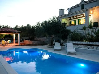 Beautiful stone villa in quiet neighbourhood - swimming pool - close to Trogir a