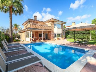 5 bedroom Villa with Pool, Air Con, WiFi and Walk to Shops - 5802008
