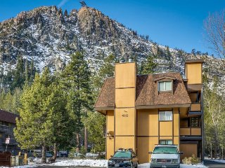 Peaceful condo w/ private deck - walk to the Squaw Valley Resort!