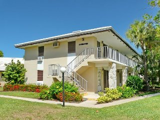 Peaceful condo w/ heated pool just a short walk from the beach