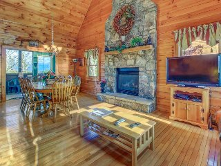 Pretty cabin w/ private hot tub, shared seasonal pool, game room. Near natl park