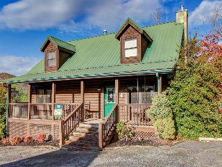Pretty cabin w/ private hot tub, shared seasonal pool, game room. Near natl park