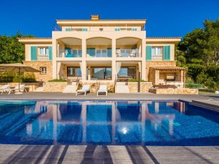 6 bedroom Villa with Pool, Air Con, WiFi and Walk to Shops - 5503195