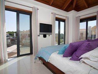 Vale do Lobo Villa Sleeps 6 with Pool Air Con and WiFi - 5480138