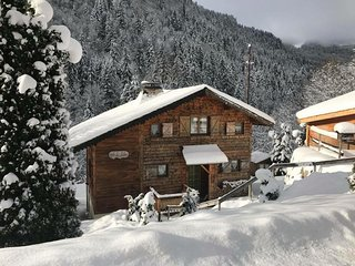 Ski Chalet with hot tub - 10 mins walk to lift