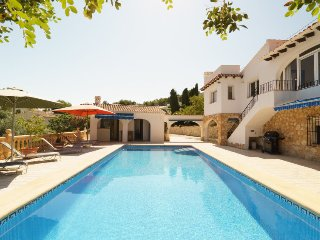 4 bedroom Villa with Pool and WiFi - 5698374