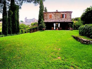 Montalcino Villa Sleeps 8 with Pool Air Con and WiFi - 5218259