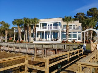Luxurious, Peaceful Bay front with Breath-taking Views, Fishing and Crabbing!