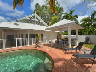 Solander House - 5 Bedrooms across from the Beach