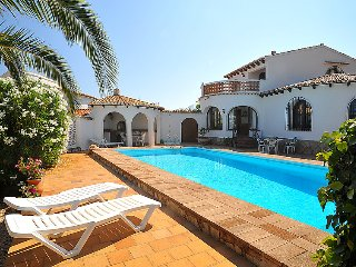 2 bedroom Villa with Pool, WiFi and Walk to Shops - 5698039