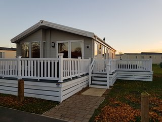 Swift Lodge, Luxury Lodge with Hot Tub, Tattershall Lakes Country Park
