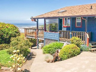 Adorable cottage overlooking Bay and Pacific Ocean! Easy walk to beach!