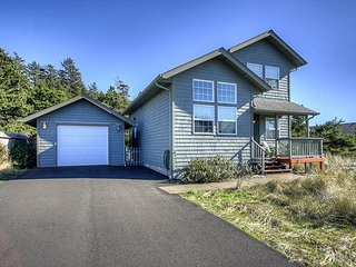 Gorgeous home with fire pit and game table-only a short walk to the beach!
