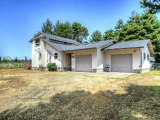 Great bay front home that is pet friendly with fenced yard!