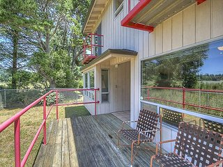 Enormous Fenced Yard, Bedroom Balconies and Awesome Views of Alsea Bay Bridge