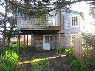 Charming oceanfront home with wood burning fireplace and jetted tub!