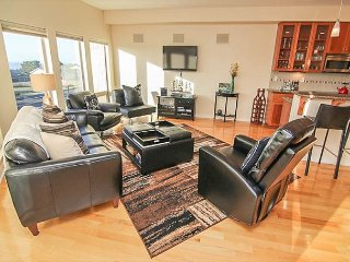 Beautiful Modern condo with ocean views in the heart of Yachats!