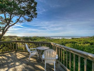 Cozy bungalow with beautiful deck overlooking ocean views!
