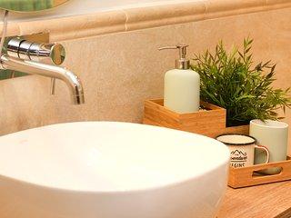 Detalle lavabo, con encimera de madera.