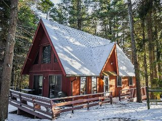 Charming mountain chalet in peaceful setting with hot tub!