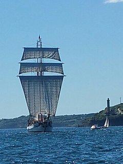 Un voilier entrant dans le goulet de Brest