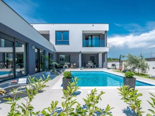 MODERN AND NEW VILLA WITH POOL close to the beach, Pula center and Medulin!!