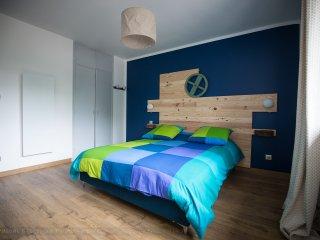 Chambre Moulin avec un lit de 160x200, un dressing et un lit bébé sur simple demande.