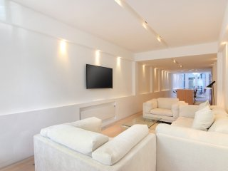 Amazing Knightsbridge location 2 Bedroom 2.5 Bathroom Apartment with Free WiFi
