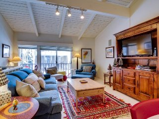 Sunny townhouse w/ views, summer pool, & ski bus pick-up!